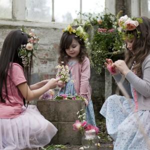 Dziewczynki uwielbiają kwiatki. Idąc tym tropem możemy zorganizować zawody, która nazbiera ich więcej, a później wspólnie upleść córce i jej koleżankom wianek na głowę. Fot. Dunnes Stores.