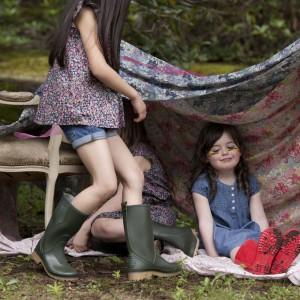 Dzieci lubią bawić się w dom. W tym calu warto wyposażyć je, np. w koc, z wykorzystaniem którego stworzą pod drzewem konstrukcję przypominającą domek. Fot. Dunnes Stores.