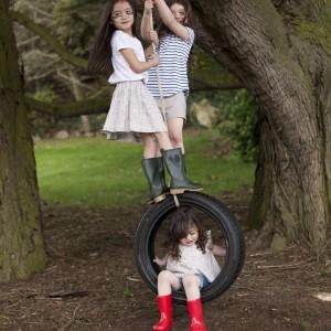 Aby uatrakcyjnić dzieciom czas spędzany na świeżym powietrzu watro zamontować w ogrodzie huśtawkę, np. zrobioną samodzielnie z grubego sznurka i opony. Fot. Dunnes Stores.