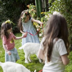 Dużą przyjemność sprawia maluchom zabawa ze zwierzętami domowymi. Przy okazji uczą się sposobów ich zachowywania oraz poznają ich cechy. Fot. Dunnes Stores.