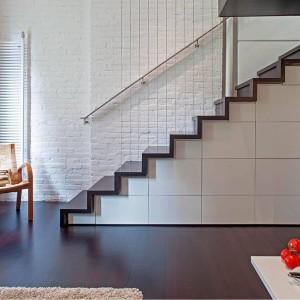 Mieszkanie jest bardzo małe, dlatego wykorzystano w nim każdy skrawek dostępnej przestrzeni. Schody nie są wyłącznie ciągiem komunikacyjnym... Projekt: Specht Harpman. Fot. Zdjęcia: Taggart Sorenson.