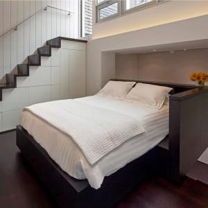 """W przestrzeń sypialni udało się wpasować spore, dwuosobowe łóżko. Kondygnacja jest jednocześnie pokojem """"przejściowym"""", prowadzącym z salonu na zielony dach. Projekt: Specht Harpman. Fot. Zdjęcia: Taggart Sorenson."""