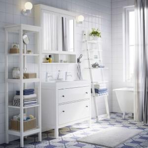 Tradycyjny wygląd w tonacji czarnobrązowej, niebieskiej lub białej oraz miejsce na wszystkie niezbędne przedmioty - to cechy serii do łazienki Hemnes, która zawiera wiele pomysłowych rozwiązań, takich jak dodatkowa wysoka szafka z lustrem i ława z półką do przechowywania. Fot. IKEA.