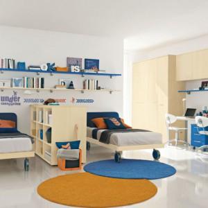 Dwustronna meblościanka z niewielkimi półkami pomoże rozdzielić dwa łóżka stojące równolegle. W ten sposób powstaną odrębne strefy sypialne. Fot. Colombini Casa.