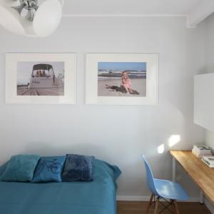Mała sypialnia urządzona w biało-turkusowej tonacji. Drewniany blat zamontowany tuż przy oknie to wygodne miejsce do pracy w domu. Projekt: Anna Maria Sokołowska. Fot. Bartosz Jarosz.