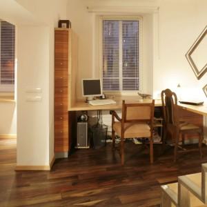 W tej sypialni przedsionek wykorzystano jako domowe biurko. Wykonane na zamówienie biurko narożne umożliwia pracę nawet dwóm osobom jednocześnie. Projekt: Michał Swałtek. Fot. Bartosz Jarosz.