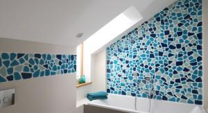Przestrzeń pod skosami w łazience najlepiej wykorzystać na ulokowanie wanny. Zobaczcie dlaczego.
