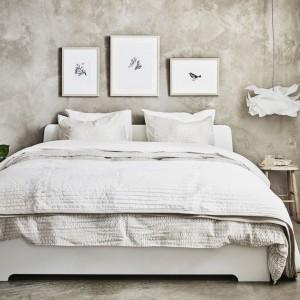 Łóżko Askvoll marki IKEA powstało z 28 warstwowo klejonych listew brzozowych, dzięki czemu dopasowuje się do masy ciała i zwiększa elastyczność materaca. Regulowane boki łóżka pozwalają na użycie materacy o różnej grubości. Cena: 449 zł. Fot. IKEA.