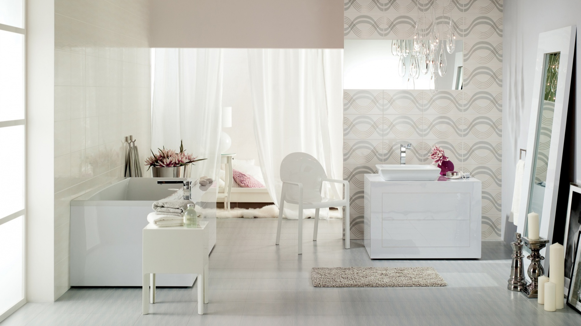 Aranżację jasnej eleganckiej łazienki urozmaica ściana nad umywalką wyłożona płytkami Felina Grey Inserto (rozmiar 25X40 cm) z wzorem dynamicznych, falistych szlaczków. Cena: 29,50 zł/szt. Fot. Cersanit.