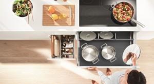 Praca w kuchni składa się w znacznej części z powtarzających się czynności. Projekt kuchni powinien uwzględnić zatem ich przebieg, by maksymalnie zmniejszyć pokonywane odległości, a tym samym nakład pracy.