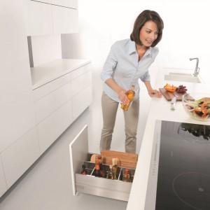 Strefa przygotowywania – to główny obszar pracy w kuchni. W tej strefie powinny znaleźć się deski do krojenia, przyprawy, miski. Fot. Blum.