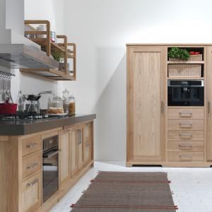 Model kuchni Seven Days to piękne meble kuchenne, wykonane z litego drewna w ciepłej kolorystyce. Delikatnie zdobione fronty zwieńczono metalowymi uchwytami. Fot. Riva 1920/Kari Mobili.