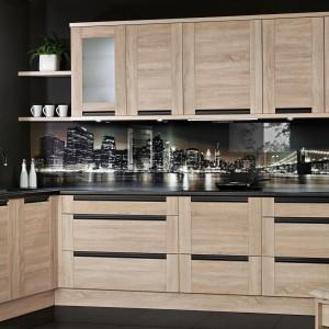 Oliwia to kuchnia nowoczesna z modnym zintegrowanym uchwytem i wygodnymi szufladami oraz pojemnymi szafkami. Fronty wyglądają jak wykonane z naturalnego drewna oraz oddają jego usłojenie i strukturę, która jest wyczuwalna poprzez dotyk. Fot. Meble KAM.