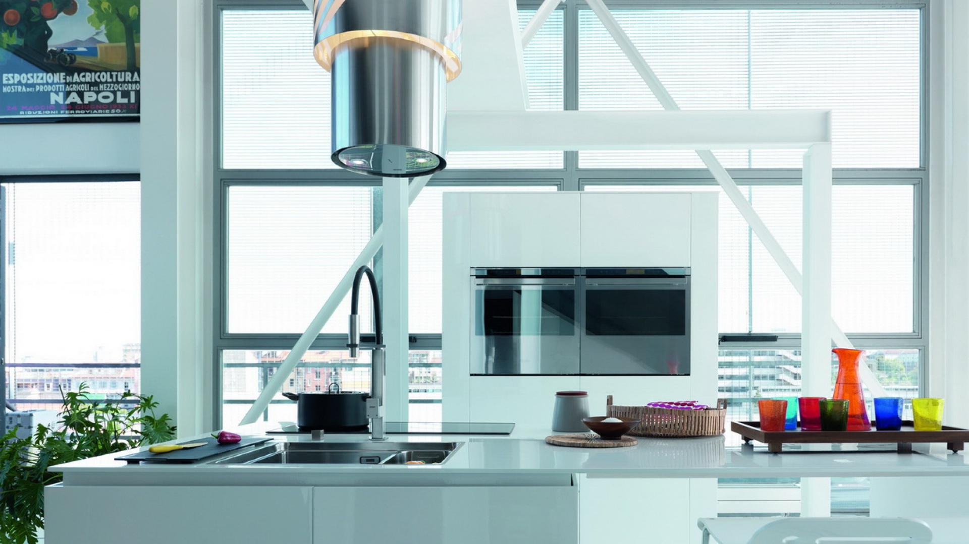 Okap wyspowy UP&DOWN firmy Franke sterowany elektronicznie. Pracuje w czterech trybach, w tym intensywnym. Filtr aluminiowy można myć w zmywarce. Idealnie doświetla powierzchnię roboczą blatu. Maksymalna wysokość po rozłożeniu 1310 mm. Fot. Franke.