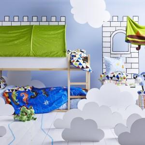 Piętrowe łóżko Kura marki IKEA to mebel służący odpoczynkowi oraz inspirujący do kreatywnej zabawy. Projekt: T. Christensen/K. Legaard. Cena: 499,99 zł.  Fot. IKEA.