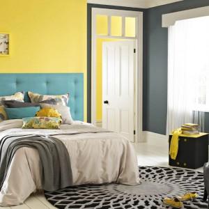 Harmonijną aranżację uzyskamy łącząc zimne kolory z typowymi odcieniami wiosny. Ożywczy efekt uzyskamy malując jedną ze ścian, np. za łóżkiem, żółtą farbą. Fot. Dulux.