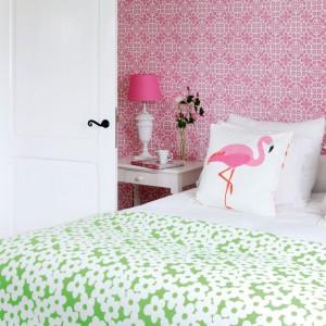Tapeta Ginger marki Esta wprowadzi do sypialni romantyczny nastrój, nie przytłaczając przy tym jasnego wnętrza. Dla równowagi i ładniejszego efektu warto wykorzystać zielone dodatki. Fot. JVD.