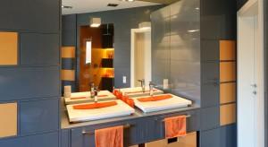 Aktualne trendy wnętrzarskie pokazują, że do modnych bieli i szarości dołączają mocniejsze barwy. Kolor zastosowany w łazience z pewnością ją ożywi i wprowadzi szczególny nastrój.