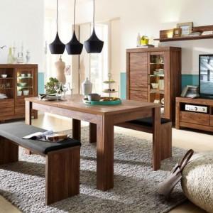 Meble z kolekcji Gent to połączenie nowoczesnego, prostego wzornictwa z bardzo ciepłym, tradycyjnym kolorem drewna. Stołowi na czterech prostych, ale solidnych nogach towarzyszą stołki-ławeczki. Fot. Black Red White.