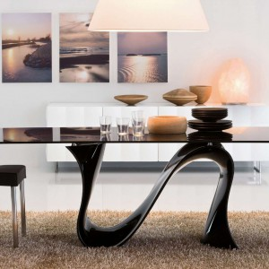 Niesamowity stół z cienkim, połyskującym blatem wsparty został na fantazyjnej, pojedynczej nodze, która wygina się w opływowy kształt fali - stąd też jego nazwa: Wave. Fot. Kler, Wave.