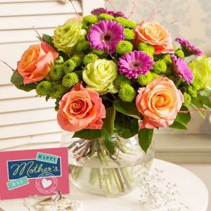 Bukiet kwiatów to upominek, który jest zawsze trafiony i mile widziany. Ofiarowany mamie będzie wyrazem wdzięczności oraz podziękowaniem za trud włożony w wychowanie. Fot. Iflorist.