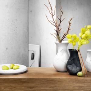Czasem zamiast kwiatów, lub jako dodatek do bukietu, warto kupić mamie wazon, np. model  Vase of Phases marki Rosenthal. Cena: 455 zł/biały, 550 zł/czarny. Fot. Rosenthal.