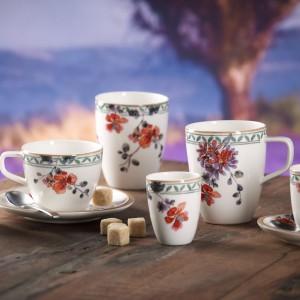 Małe i duże kubki zdobione kwiatami marki Villeroy&Boch odpowiednie zarówno na dużą porcję relaksującej herbaty oraz małą, mocną kawę. Fot. Villeroy&Boch.