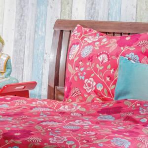 Komplet pościeli Festo marki Home&You w optymistycznym, czerwonym kolorze ozdobiony subtelnym motywem roślinnym. Cena: 129-149 zł. Fot. Home&You.
