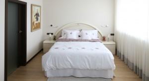 Eleganckie wyposażenie, jasna kolorystyka oraz wyczucie smaku – tak można zdefiniować tę piękną sypialnię.