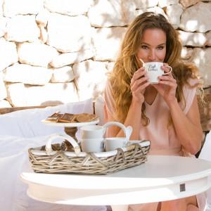 Elegancka zastawa marki House&More pozwoli delektować się smakiem kawy czy słodkimi rarytasami ciesząc nie tylko podniebienie, ale i oczy. Prosta forma wzbogacona ozdobnymi napisami sprawia, że talerzyki czy filiżanki mogą być wykorzystane podczas eleganckiej kolacji czy poczęstunku w ogrodzie. Fot. House&More.