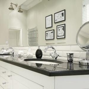 Biała umywalka podblatowa kontrastuje z czarnym, połyskującym blatem. Biel płytek zestawiono dodatkowo z delikatnym odcieniem szarości. Projekt: Iwona Kurkowska. Fot. Bartosz Jarosz.