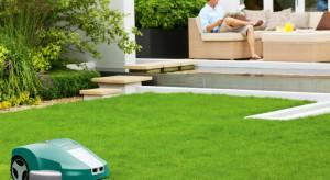 Piękny trawnik dookoła naszego domu staje się jego wizytówką. Właściwie pielęgnowany i regularnie koszony będzie cieszył nasze oko przez cały rok. Podpowiadamy, na co warto zwrócić uwagę wybierając kosiarkę do ogrodu.