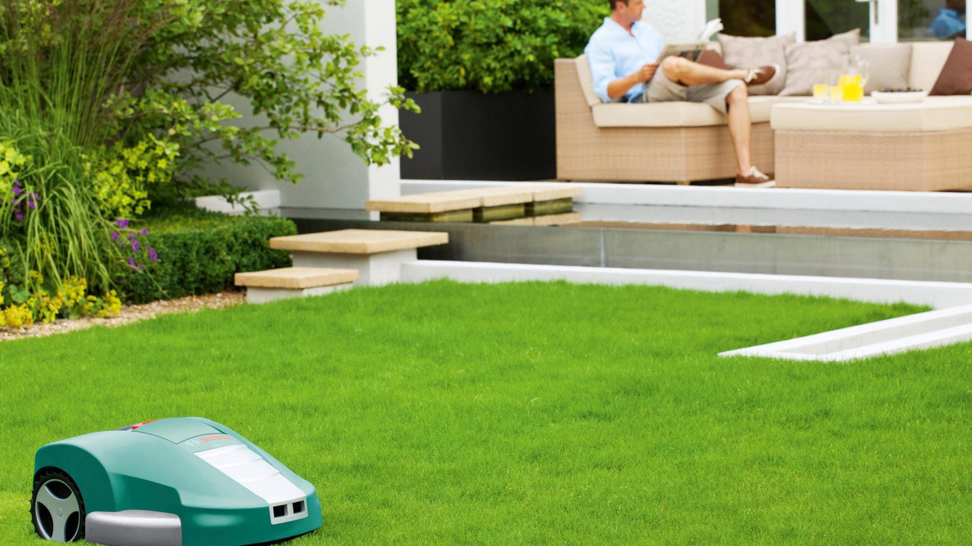 Kosiarka automatyczna Bosch Indego spełnia marzenie o pięknym trawniku. Sam proces koszenia przebiega automatycznie i nie wymaga udziału lub nadzoru właściciela ogrodu. Fot. Bosch.