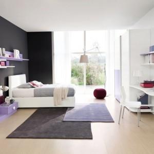 W aranżacji pokoju nastolatki niebagatelną rolę odgrywają dodatki. Dywany, pufy czy dekoracyjne oświetlenie sprawiają, że wnętrze jest dopracowane i atrakcyjne. Fot. Colombini Casa.