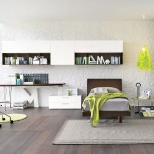 Modnym rozwiązaniem jest dekoracja ściany cegłą. Biała okładzina na jednej ze ścian nada aranżacji loftowy, a zarazem elegancki wygląd. Fot. Tomasella.