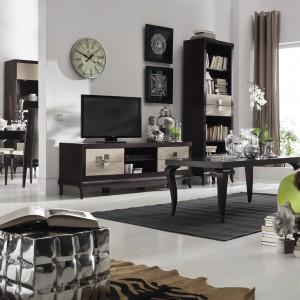 Kolekcja Laviano nawiązuje do klasyki poprzez harmonijną formę i wykorzystanie naturalnego drewna. Jej nowoczesność przejawia się w doborze kolorów oraz wysokim połysku frontów i metalowych detali. Fot. Bydgoskie Meble.