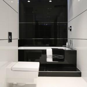 Kontrastujące zestawienie bieli i czerni doskonale sprawdza się w nowoczesnych wnętrzach. W tej łazience prezentuje się elegancki i niezwykle pięknie. Projekt: Anna Maria Sokołowska. Fot. Bartosz Jarosz.