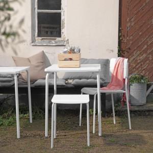 Białe, uniwersalne meble o prostej formie z kolekcji Vaddo. W kolekcji znajdziemy stół, krzesła i stołki ogrodowe. Fot. IKEA.