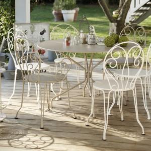 Dekoracyjna kolekcja mebli Montmartre doskonale sprawdzi się w ogrodzie urządzonych w romantycznym stylu. Fot. Fermob.