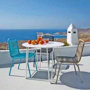 Kolorowe meble z lekkiego aluminium dobrze sprawdzą się w zarówno na tarasie, jak i balkonie. Fot. Maison du monde.