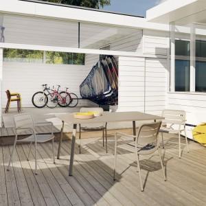 Meble ogrodowe z kolekcji Village wykonane z lekkiego aluminium. Projekt: Jasper Morrison. Fot. Kettal.
