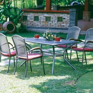 Uniwersalny zestaw do ogrodu: aluminiowy stół i metalowe, siatkowane krzesła. Fot. Praktiker.
