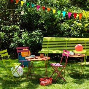 Popularne, kolorowe krzesła Bistro dostępna są również w specjalnej wersji dla najmłodszych. Pięknie ożywią każdy taras. Fot. Fermob.