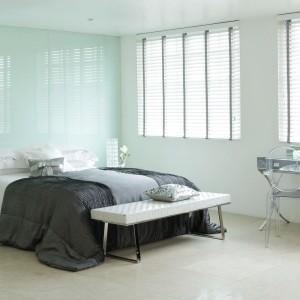 Konsola z lustrzanym blatem i ze stalowymi nogami to idealny mebel do wnętrza w stylu glamour. Dla równowagi wyrazistą toaletkę warto zestawić z transparentnym krzesłem. Fot. Direct Blinds.