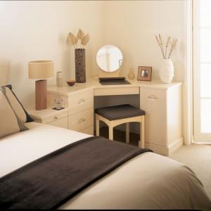 Często nie mamy pomysłu na zagospodarowanie nieustawnego kąta pomieszczenia. Można wykorzystać go własnie na toaletkę - model narożny. Fot. Hammonds Furniture.