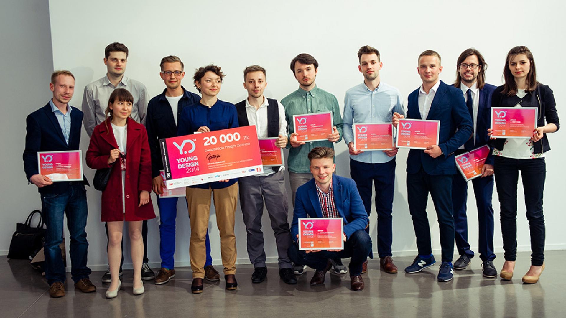 Młodzi projektanci, finaliści konkursu Young Design 2014.  Niektórzy z nich otrzymali możliwość współpracy lub szkoleń w znanych firmach. Propozycje odbycia stażu otrzymali dwaj finaliści - Łukasz Paszkowski w firmie FLOWAIR, a Sylwester Szymański w NOTI. Fot. Patrycja Mic/IWP