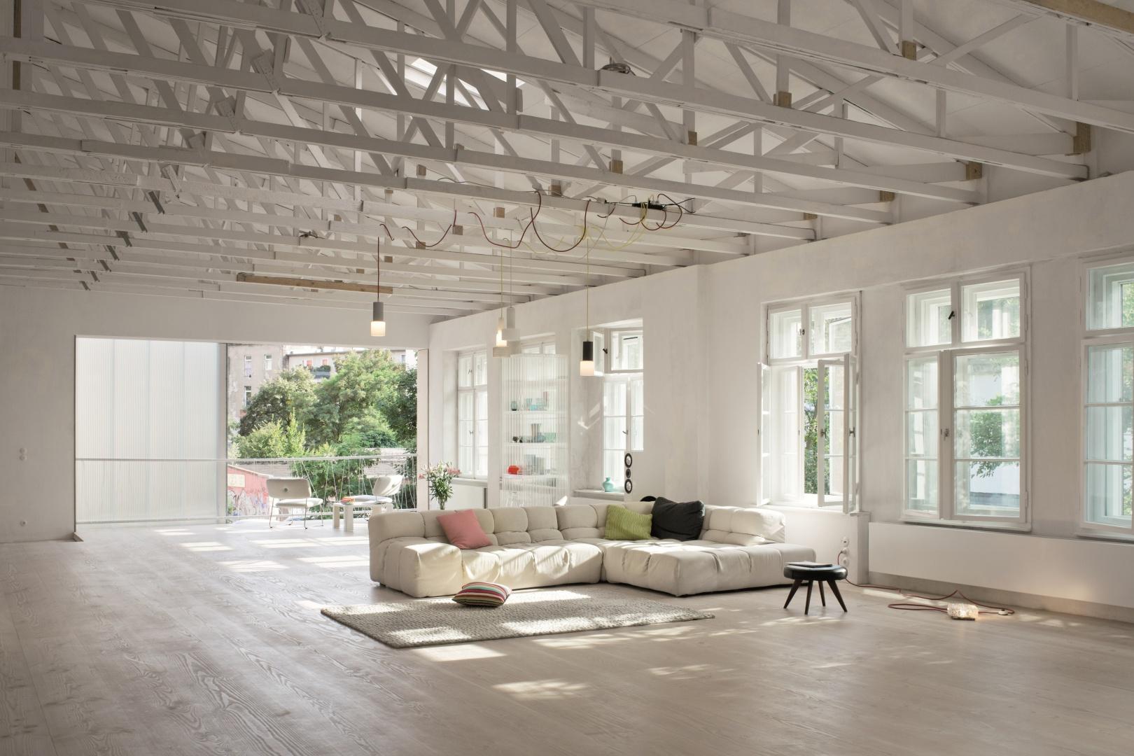 Klasyczna a zarazem nowoczesna seria Berker 1930 w funkcjonalnym stylu Bauhaus nadaje pomieszczeniom wyjątkowy charakter, tworząc idealne połączenie nowoczesnej techniki zponadczasowym designem. Fot. Hager.