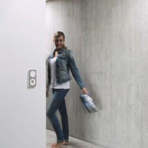 Łącznik serii R.1 Berker by Hager to połączenie wyszukanego designu i funkcjonalności. Ramka z naturalnego betonu o niepowtarzalnej fakturze odmieni każde wnętrze. Fot. Hager.