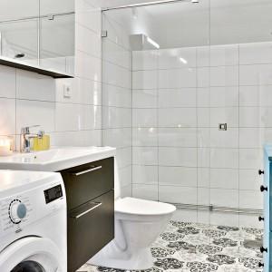 Na podłodze ułożono dekoracyjne płytki inspirowane marokańskimi ornamentami. Stanowią one ciekawą dekorację w łazience, w której króluje biel. Fot. Bjufors.