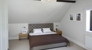 Jak urządzić sypialnię na poddaszu? Zobaczcie ciekawe sposoby na jasną aranżację pod skosami.